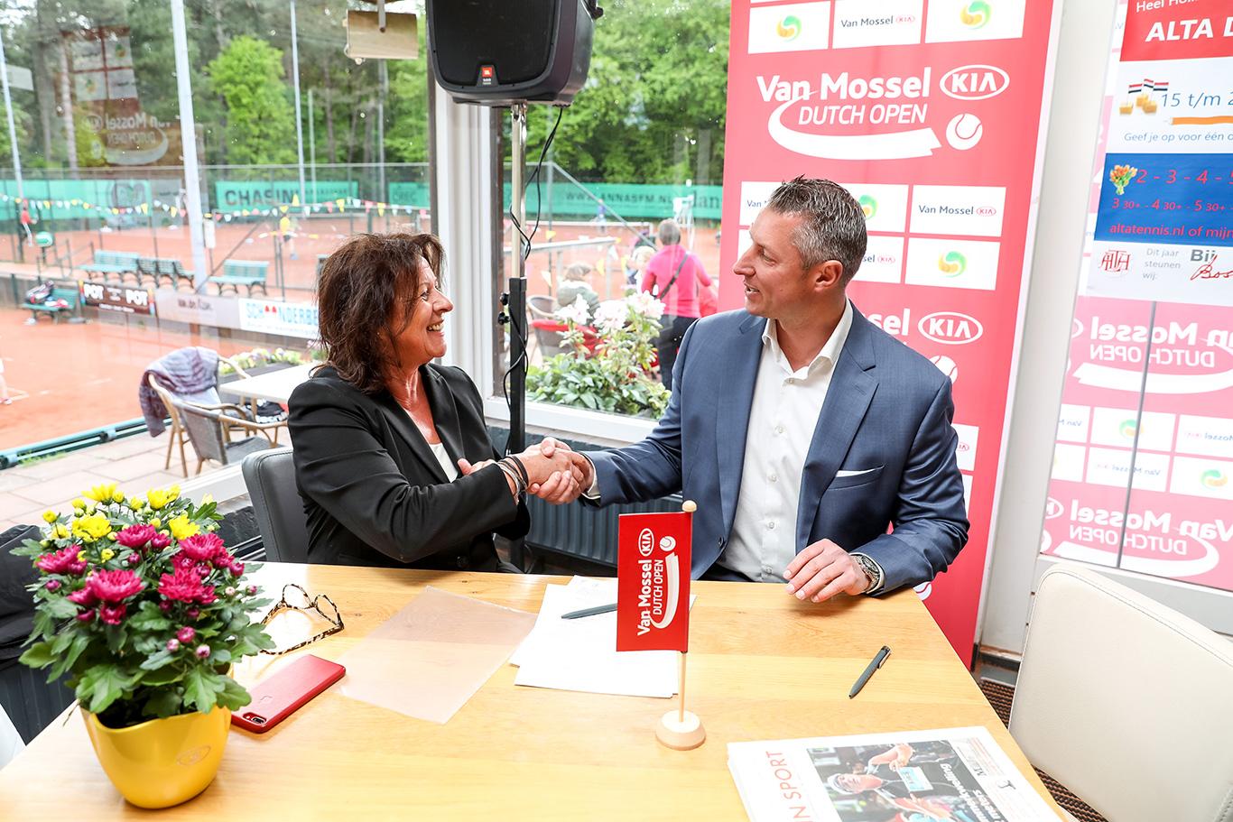 Ans Oude Luttikhuis (STSA) en Bas Huijzer (Van Mossel Kia) hebben het sponsorcontract getekend.