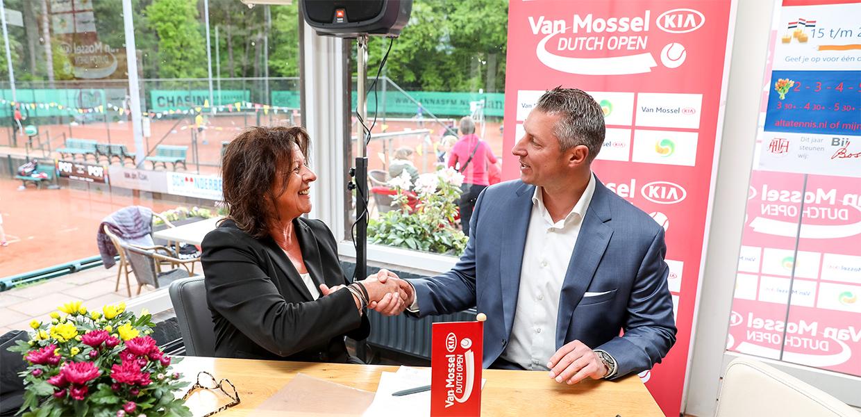 Ans Oude Luttikhuis en Bas Huijzer tekenen contract Van Mossel Kia Dutch Open